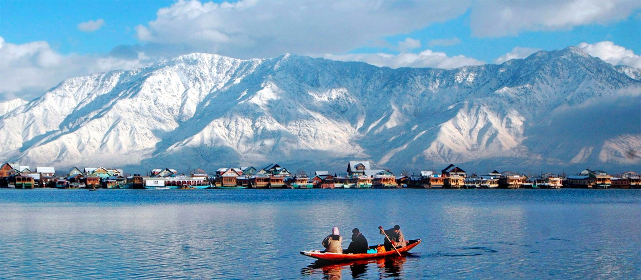CCADK9 epa02379775 Kashmiri Muslim row shikara after fresh snow fall in Dal Lake region in Srinagar summer capital Indian Kashmir